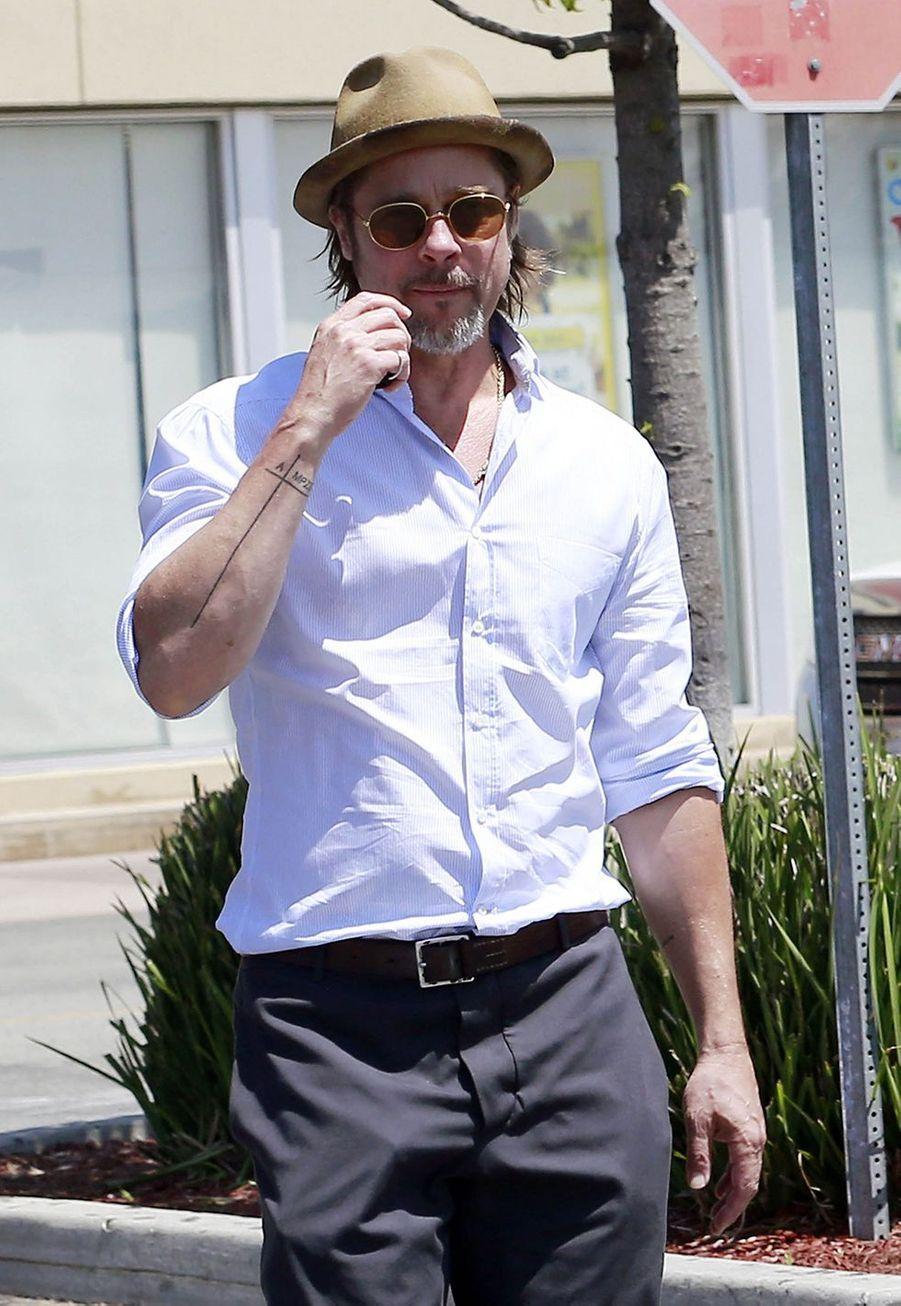 Brad Pitta une croix sur l'avant bras avec à gauche la lettre A pour le nom de son ex-femme Angelina Jolie et à droite les lettres MPZSVK de l'autre côté pour les initiales leurs six enfants.