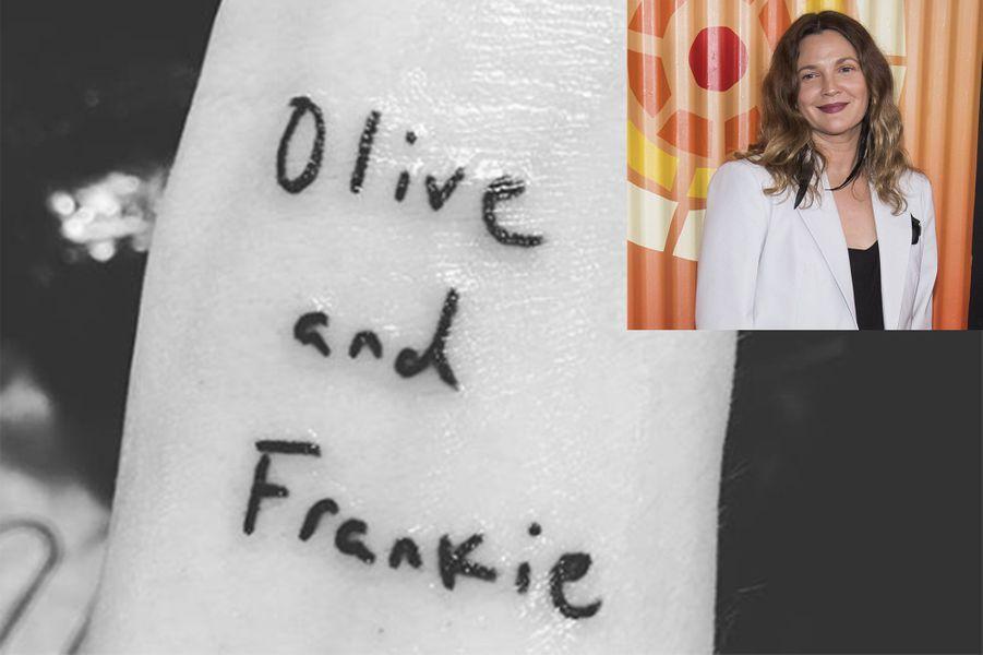Drew Barrymore a le nom de ses deux filles Frankie (5 ans) et Olive (7 ans) gravés sur son poignet droit.