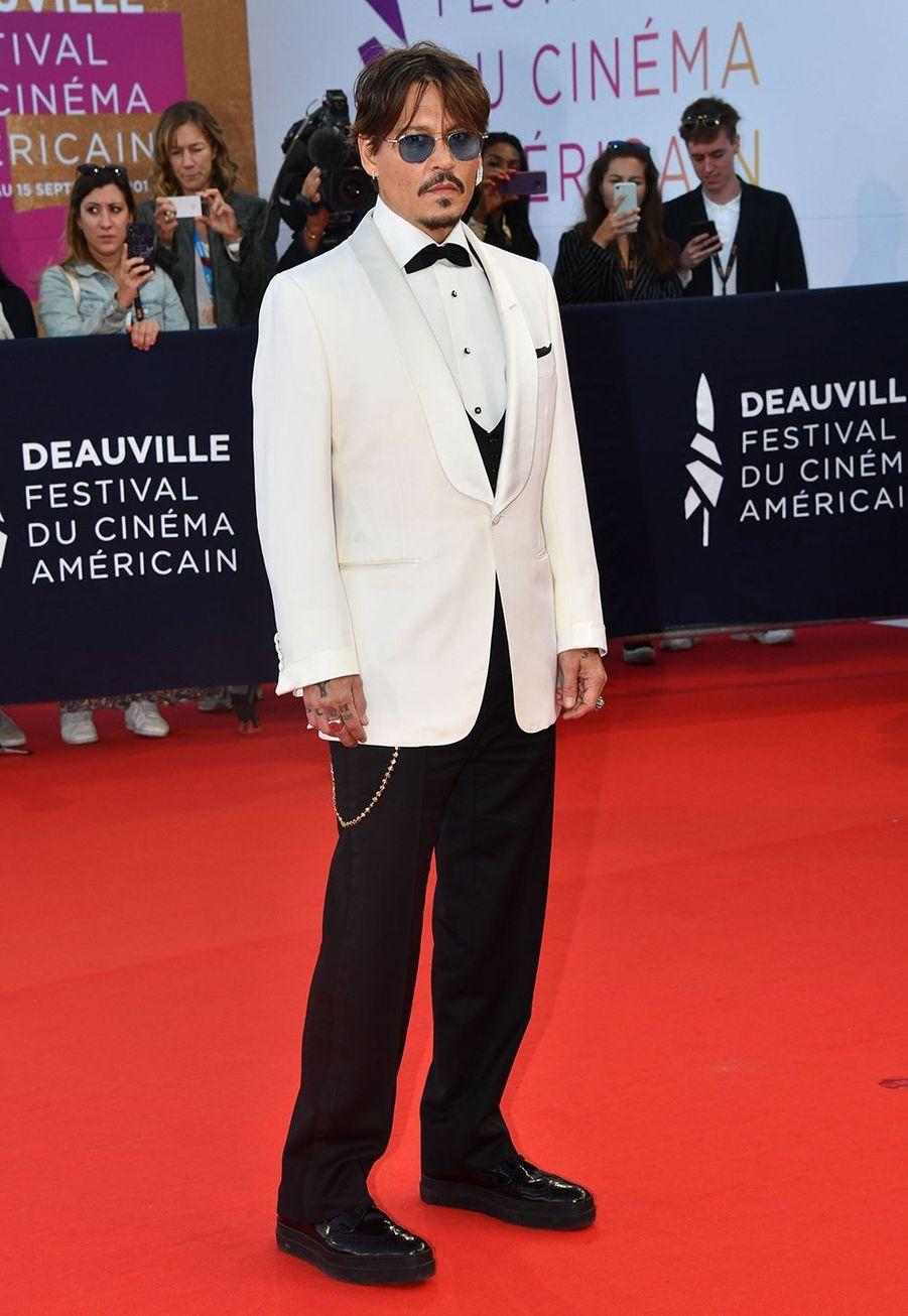 Johnny Depp a plusieurs tatouages pour honorer ses deux enfants Lily-Rose (née en 1999) et Jack (né en 2002). Le prénom de sa fille est tatoué sur son torse, près de son coeur. Le prénom de son fils esttatouésur son avant-bras. Il a également sur son triceps gauche des coeurspourses deux enfants.