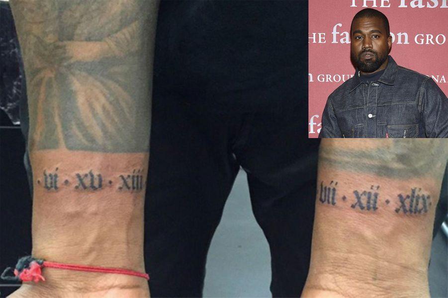 Kanye West s'est fait tatouer la date de naissance de sa fille North (née en 2013) en chiffres romains sur l'avant-bras droit. Il a également le nom de son fils Saint (né en 2015) sur cou.