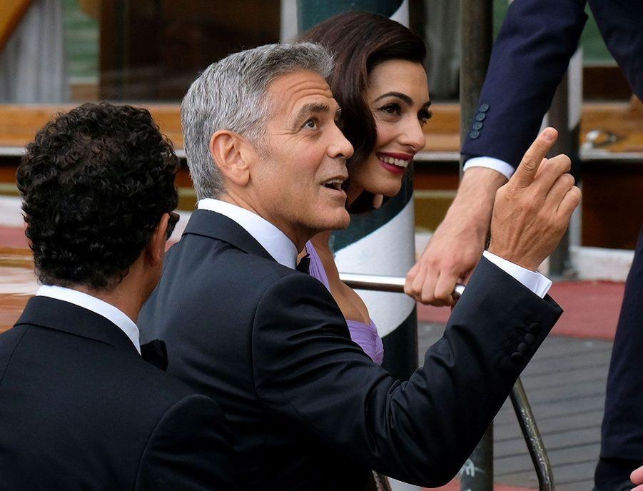 George Clooney et son épouse Amal quittent leur bateau-taxi, samedi à Venise.