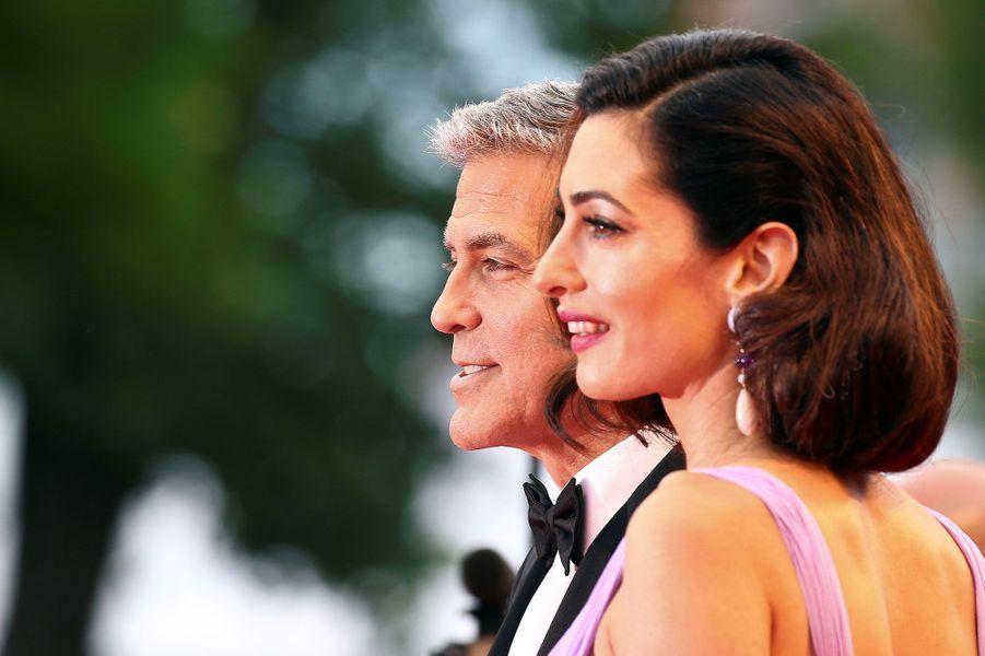 George et Amal Clooney sur le tapis rouge à Venise, samedi.