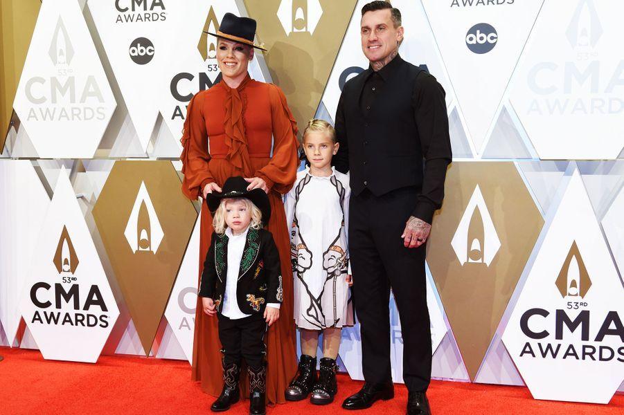Pink, son mari Carey Hart et leurs enfants Willow et Jamesonaux Country Music Awards à Nashville le 13 novembre 2019