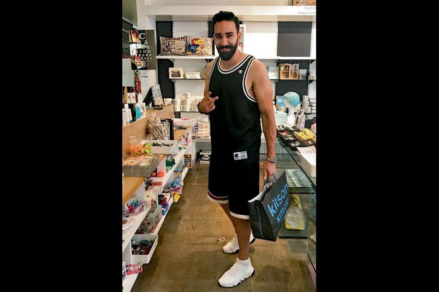 Position shopping, le 18 juillet, pour Adil Rami, à Los Angeles, la ville de Pamela Anderson.