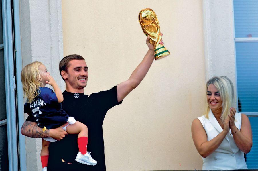 Deux trophées pour Antoine Griezmann : une réplique de la Coupe du monde et sa fille, Mia, 2 ans. Avec sa femme, Erika Choperena, à la mairie de Mâcon le 20 juillet.