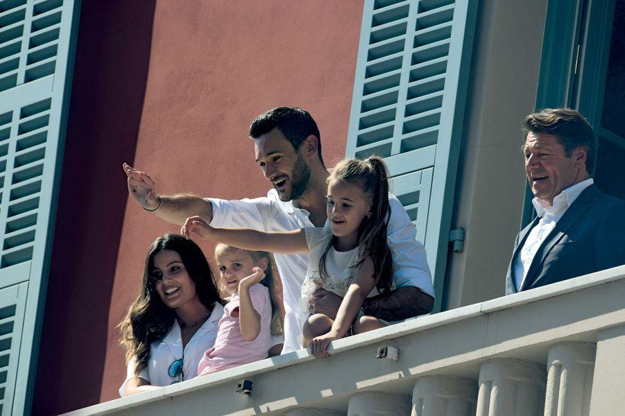 Hugo Lloris reçu à l'hôtel de ville de Nice par le maire Christian Estrosi, le 18 juillet. Avec sa femme, Marine, Anna-Rose, 7 ans, et Giuliana, 4 ans.