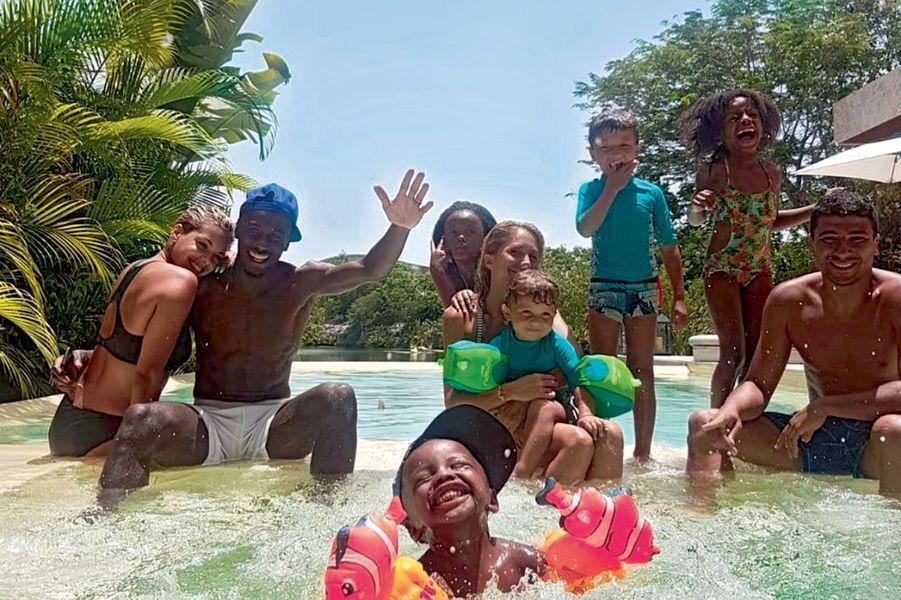 Blaise Matuidi en famille et avec des copains au Mexique. Devant, son fils, Eden, derrière, ses filles, Myliane et Naëlle. Posté par Isabelle Matuidi sur Instagram, le 23 juillet.