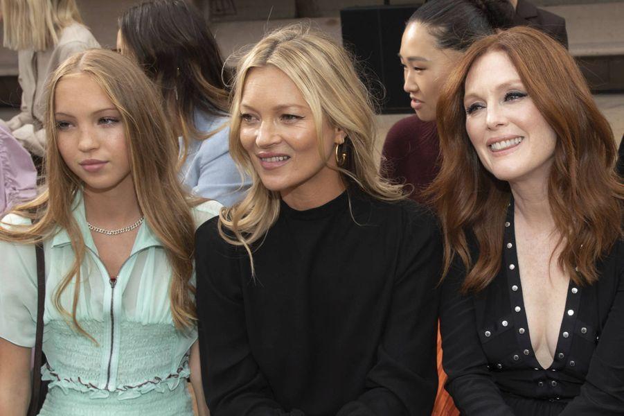 Kate Moss, sa fille Lila Grace et Julianne Moore au défilé Longchamp en septembre 2019