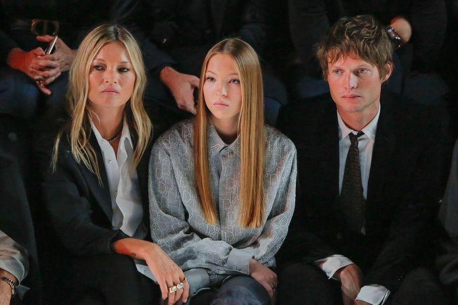 Kate Moss, sa fille Lila Moss et son compagnon Nikolai von Bismarck au défilé Dior Homme à Paris en janvier 2020
