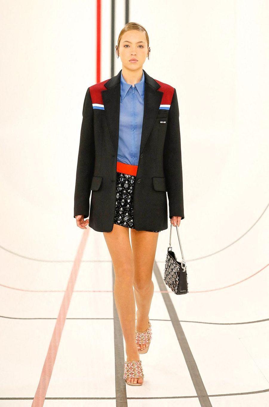 Lila Grace Moss-Hack défile pour Miu Miu lors de la Fashion Week de Paris le 6 octobre 2020
