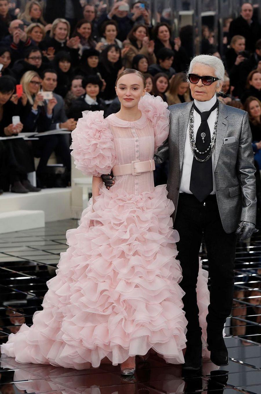 Lily-Rose Depp et Karl Lagerfeld au défilé Chanel à Paris, le 24 janvier 2017.