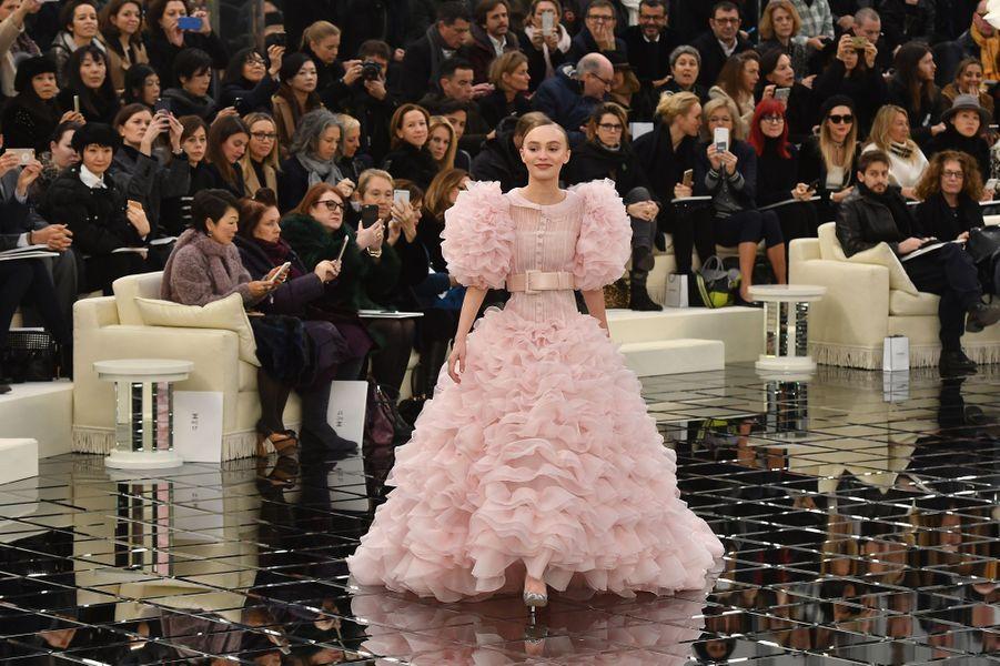 Lily-Rose Depp au défilé Chanel à Paris, le 24 janvier 2017.