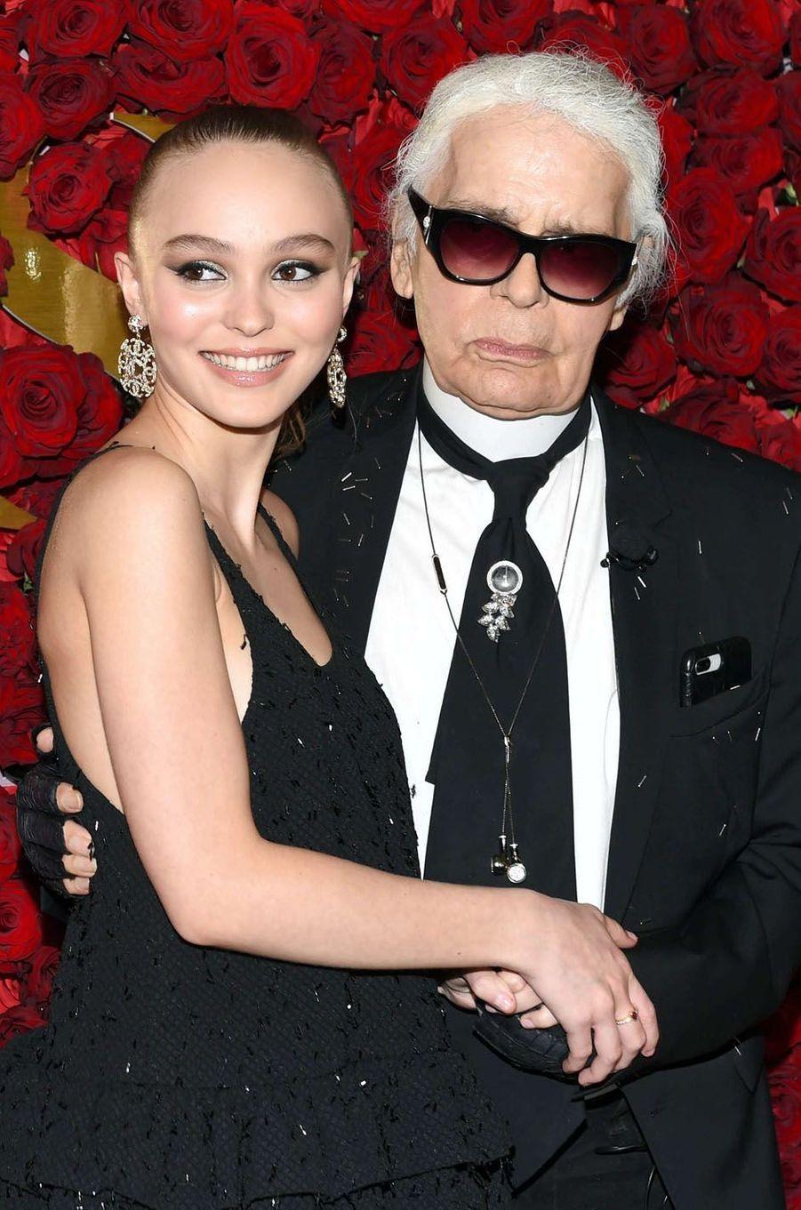 Lily-Rose Depp et Karl Lagerfeld lors des WWD Honors, le 24 octobre 2017 à New York.
