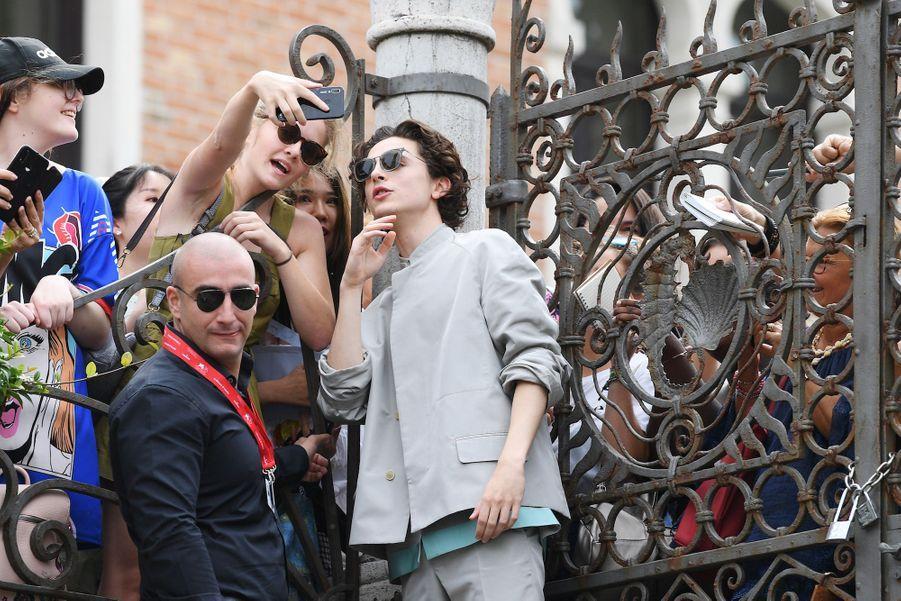 Timothée Chalamet avec ses fans, le 2 septembre 2019 à Venise.