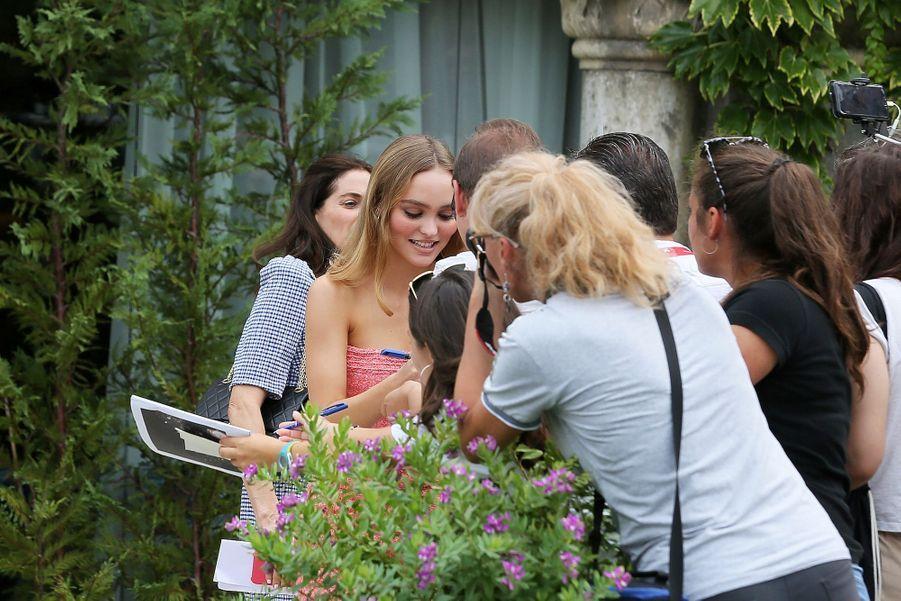 Lily-Rose Depp et ses fans, le 2 septembre 2019 à Venise.