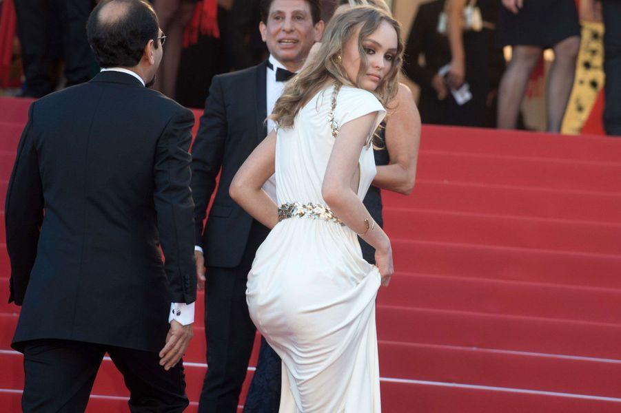 Lily-Rose Depp monte les marches à Cannes.