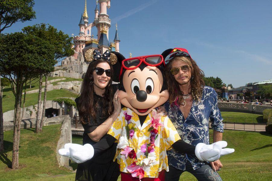 Liv Tyler avec son père Steven Tyler à Disneyland Paris, août 2018