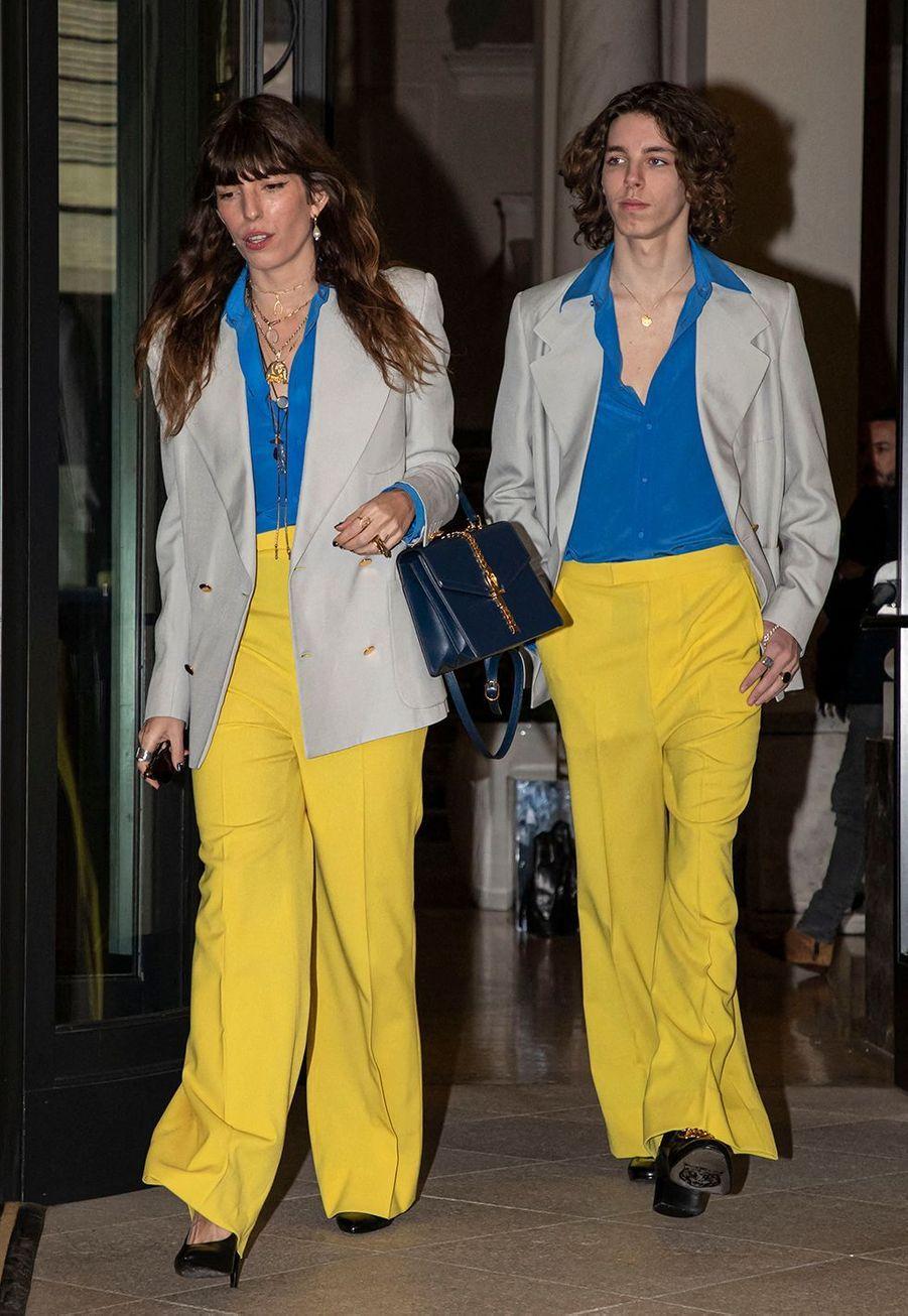 Lou Doillon et son fils Marlowe quittent leur hôtel à Milan pour se rendre au défilé Gucciautomne-hiver 2020-2021 le 19 février.