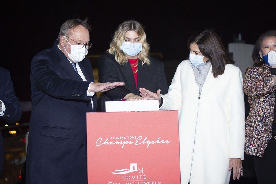 Accompagnée du président du comité des Champs-ElyséesJean-Noël Reinhardt, de la maire de Paris Anne Hidalgo et la maire du 8e arrondissement Jeanne d'Hauteserre, la chanteuse Louane a inauguré les illuminations de Noël de la célèbre avenue.