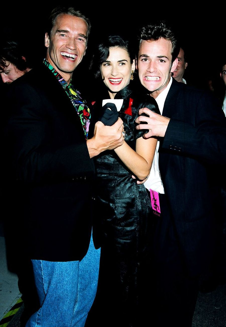 Luke Perry avec Arnold Schwarzenegger et Demi Moore aux MTV Movie Awards en 1992