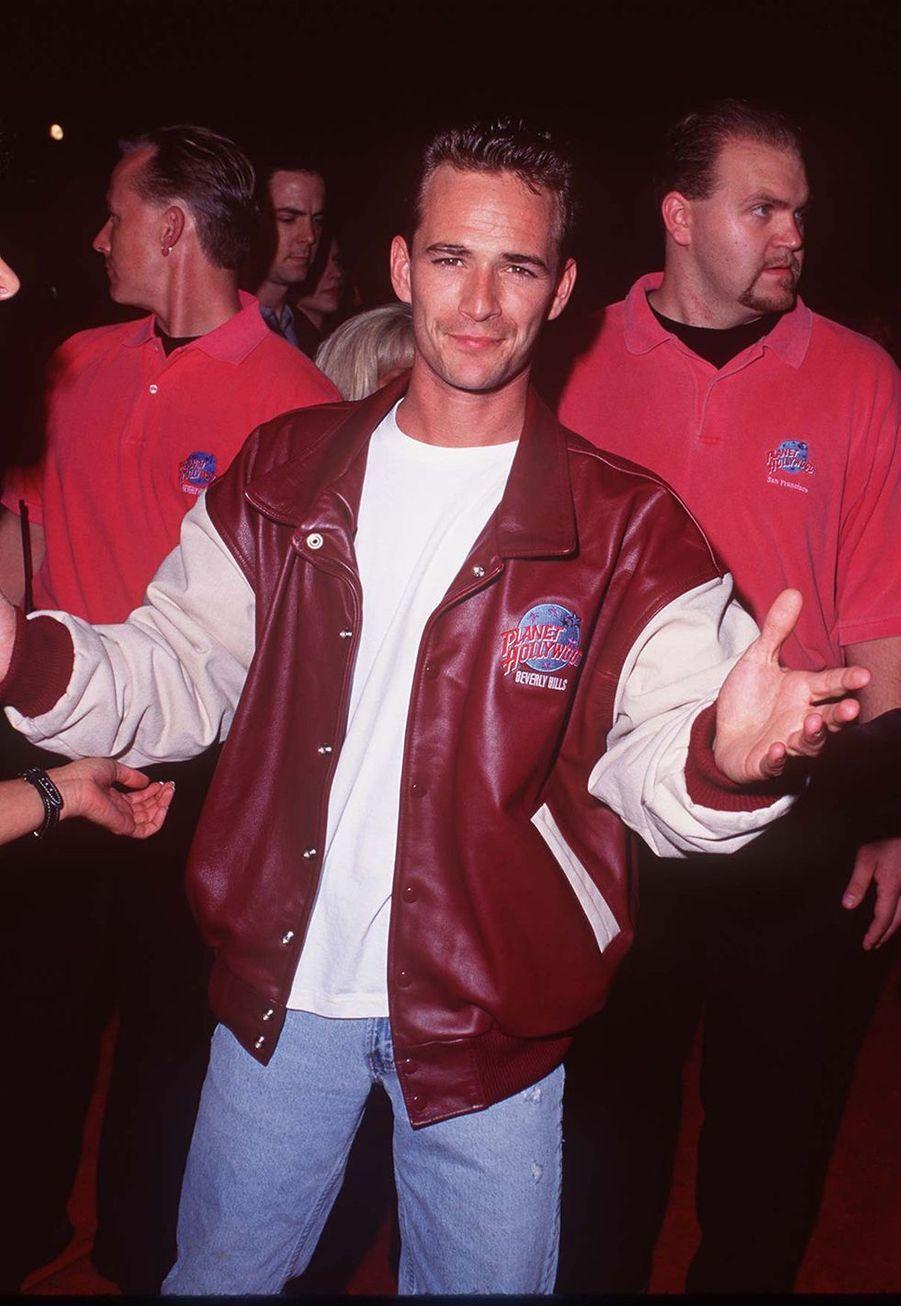 Luke Perry à l'inauguration du Planet Hollywood à Los Angeles en 1995