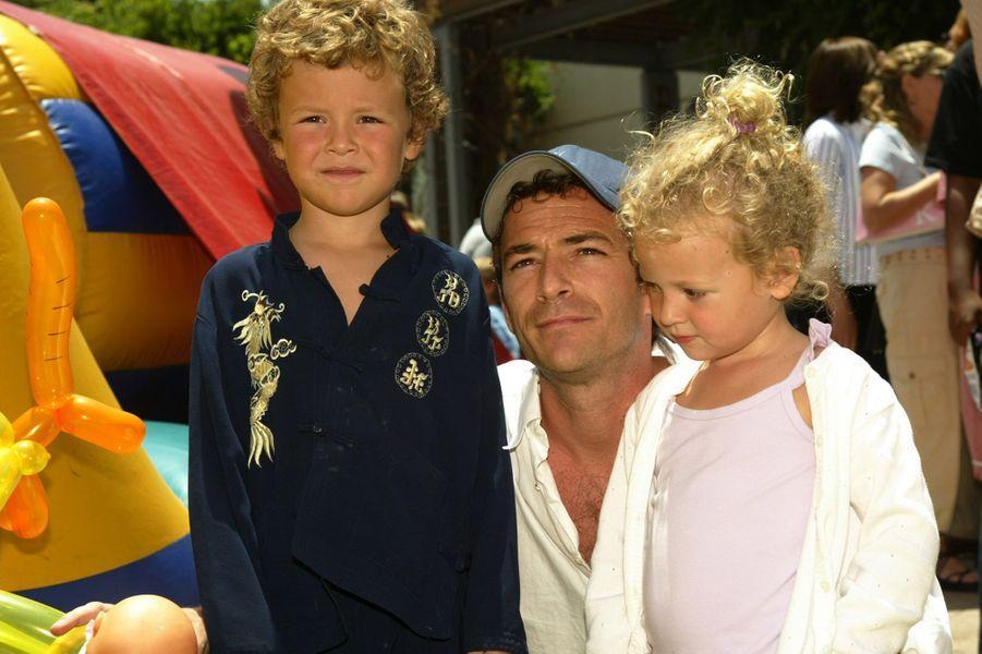 Luke Perry avec ses enfants Jack et Sophie en 1994