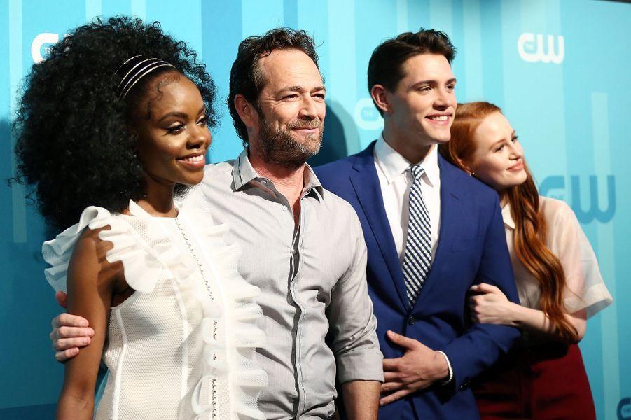 Luke Perry avec Ashleigh Murray, Casey Cott et Madelaine Petsch, ses collègues de «Riverdale» lors d'un événement organisé par la chaîne CW à New York en 2017