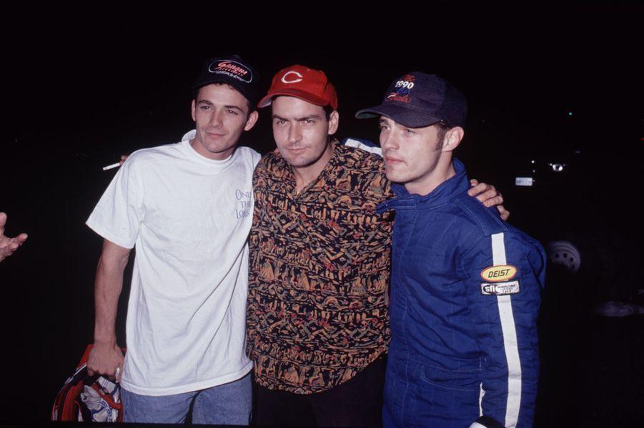 Luke Perry avec Charlie Sheen et Jason Priestley au début des années 1990
