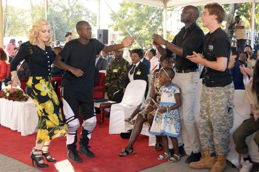 Madonna danse au Malawi, le 11 juillet 2017.
