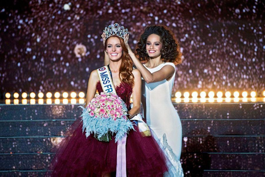 Maëva Coucke couronnée par Alicia Aylies, Miss France2017 et ex-Miss Guyane.