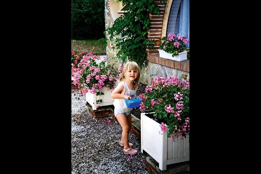 Enfant, en jardinière attentive.