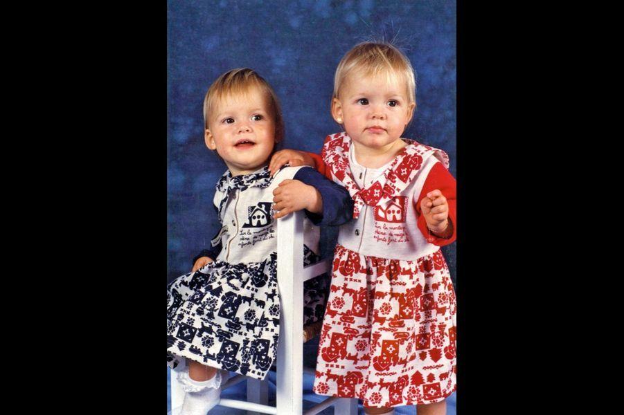 Avec sa sœur jumelle, Alizée, aujourd'hui mannequin.