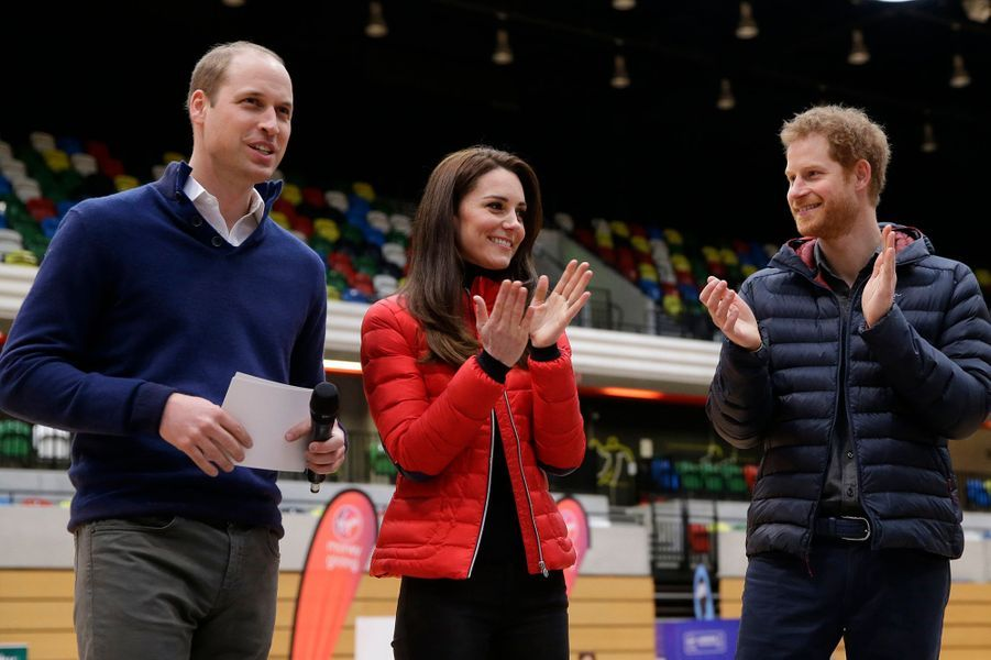 Les princes William et Harry ainsi que Kate Middleton dirigent «Heads Together», qui s'engage à aider toute personne souffrant de maladie mentale grâce à des levées de fonds, une ligne d'appel spéciale et de nouveaux services d'aide mis en place. Meghan Markle a depuis rejoint l'association.