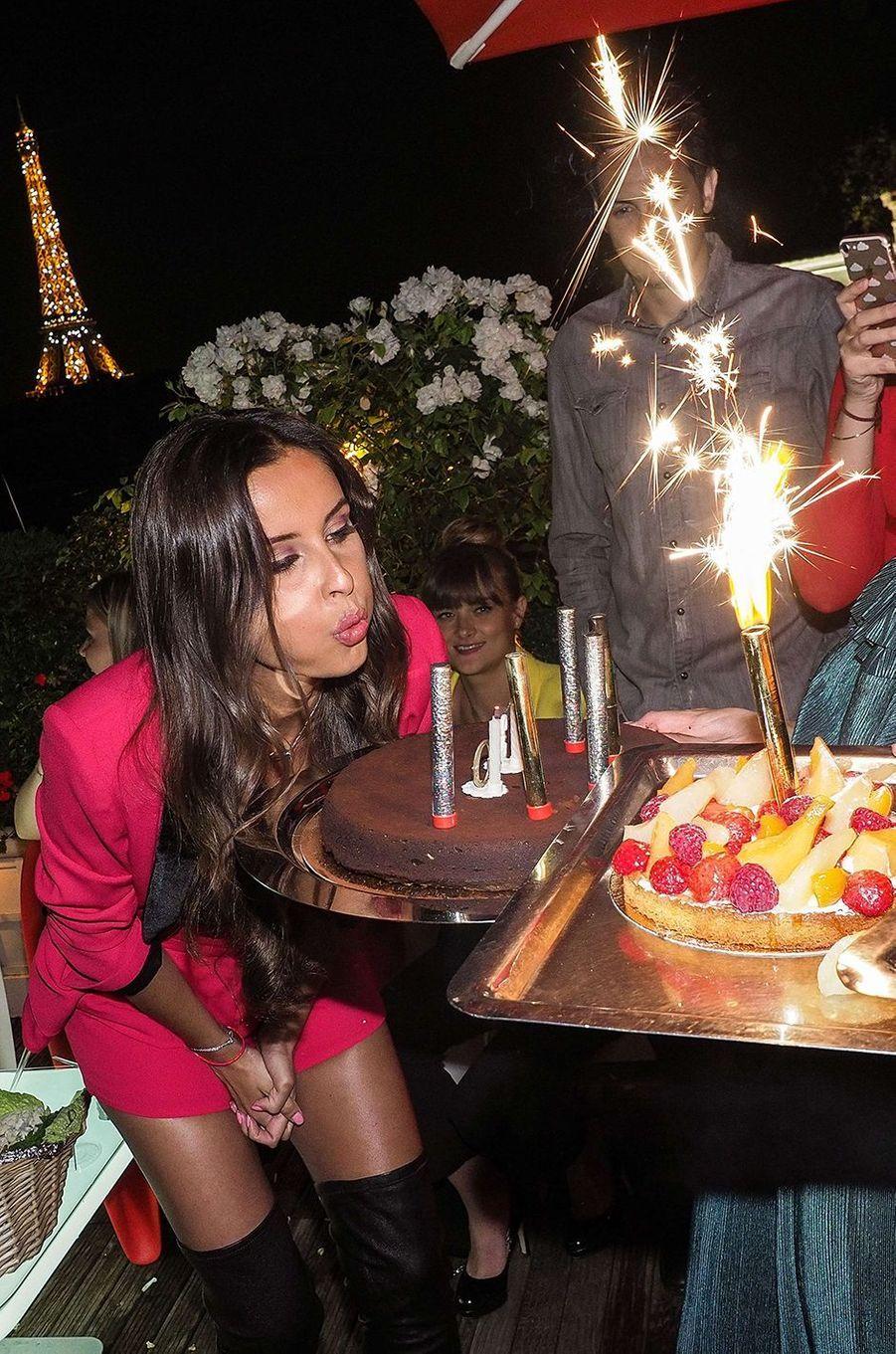 Malika Ménard fête ses 30 ans au pied de la Tour Eiffel, le 14 juillet 2017.