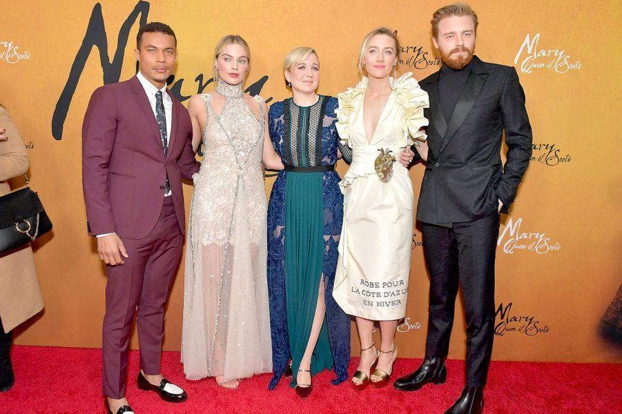"Ismael Cruz Cordova, Margot Robbie, Josie Rourke, Saoirse Ronan et Jack Lowdenà la première de ""Mary Queen of Scots"""