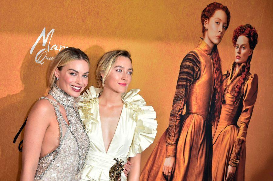 """Margot Robbie etSaoirse Ronan à la première de """"Mary Queen of Scots"""""""