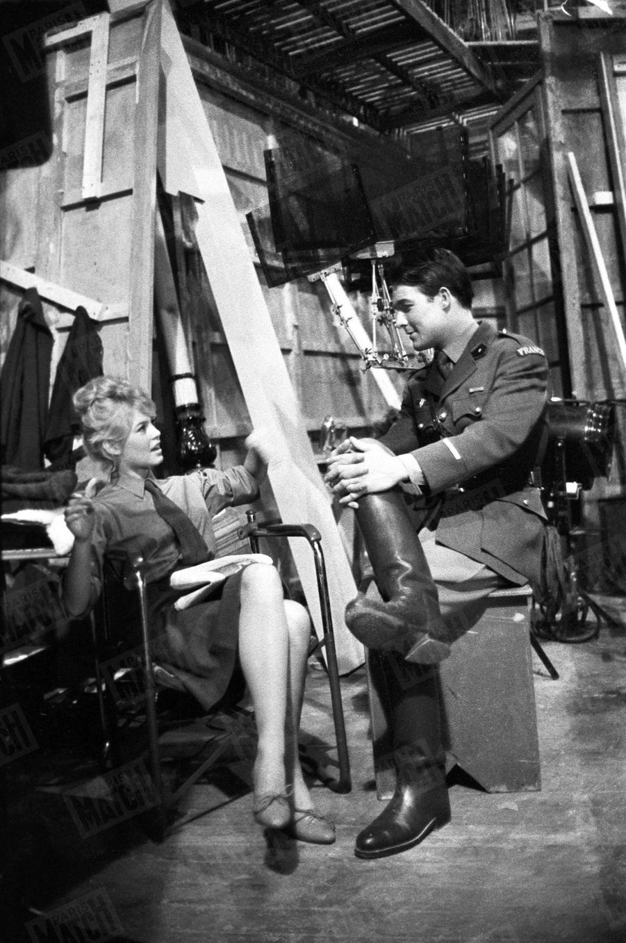 Brigitte Bardot et Jacques Charrier sur le tournage «Babette s'en va-t-en guerre» en janvier 1959.