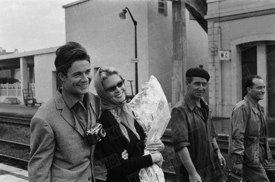 « A minuit, les jeunes mariés avaient discrètement quitté Louveciennes, ou toute la soirée la jeunesse avait scandé sous leurs fenêtres « Brigitte ! Brigitte ! », la chanson de Sacha Distel. Ils avaient passé chez BB, avenue Paul-Doumer, leur nuit de noces. Le lendemain, c'était de nouveau une course échevelée vers le train bleu et la lune de miel. » - Paris Match n°533, daté du 27 juin 1959.