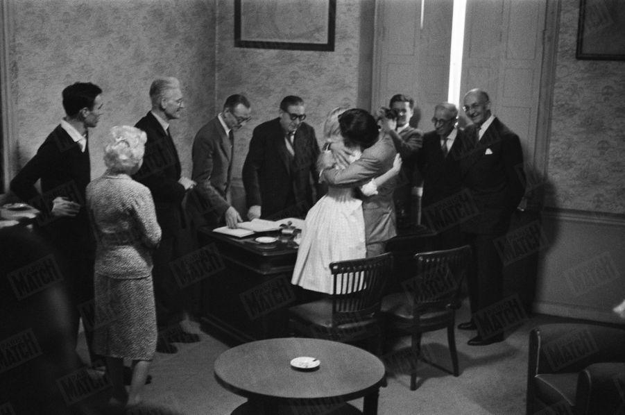 « Porte et volets mi-clos, c'est dans le bureau de M. le maire que les fiancés, enlacés et rassurés, prononcent le 'oui'. Au moment du baiser final, la bonne humeur est revenue. » - Paris Match n°533, daté du 27 juin 1959.