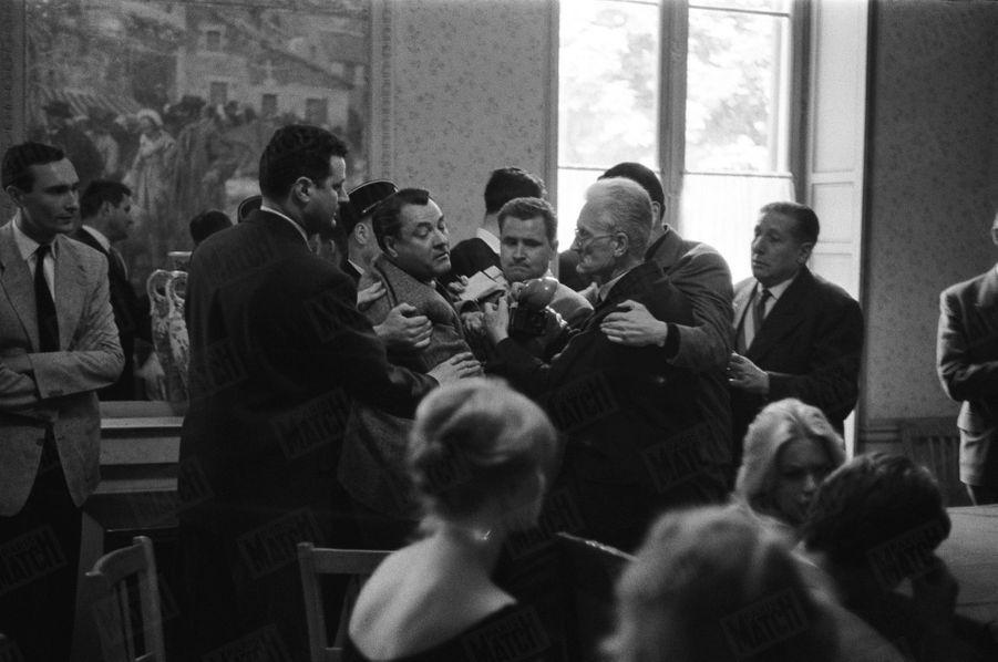 « Il tente de lui arracher son appareil et de repousser les reporters. B. B. s'était écriée : 'Si on me photographie, je ne veux plus me marier'. » - Paris Match n°533, daté du 27 juin 1959.
