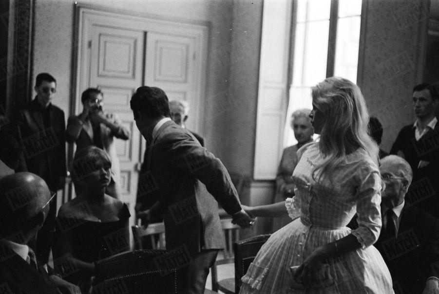 « M. Bardot a pris à partie le maire, M. Guillaume, qui lui a répondu : «Vous m'importunez. Je ne peux pas devenir boxeur pour marier Brigitte Bardot. » Si les portes avaient été fermées, le mariage aurait été nul. Finalement, Brigitte tire son père par la manche. Et Jacques entraîne Brigitte. » - Paris Match n°533, daté du 27 juin 1959.