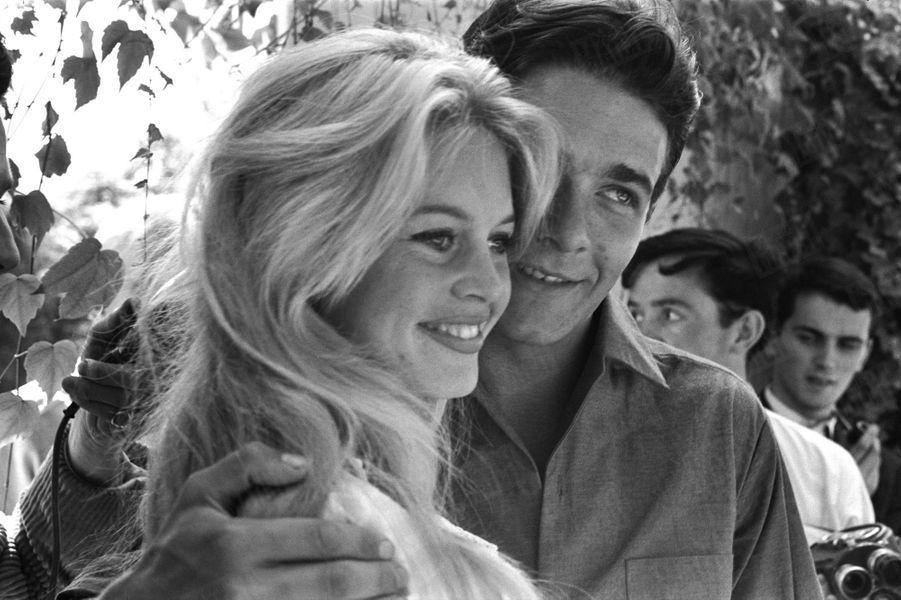 Le mariage de Brigitte Bardot et Jacques Charrier, à Louveciennes, dans les Yvelines, le 18 juin 1959.