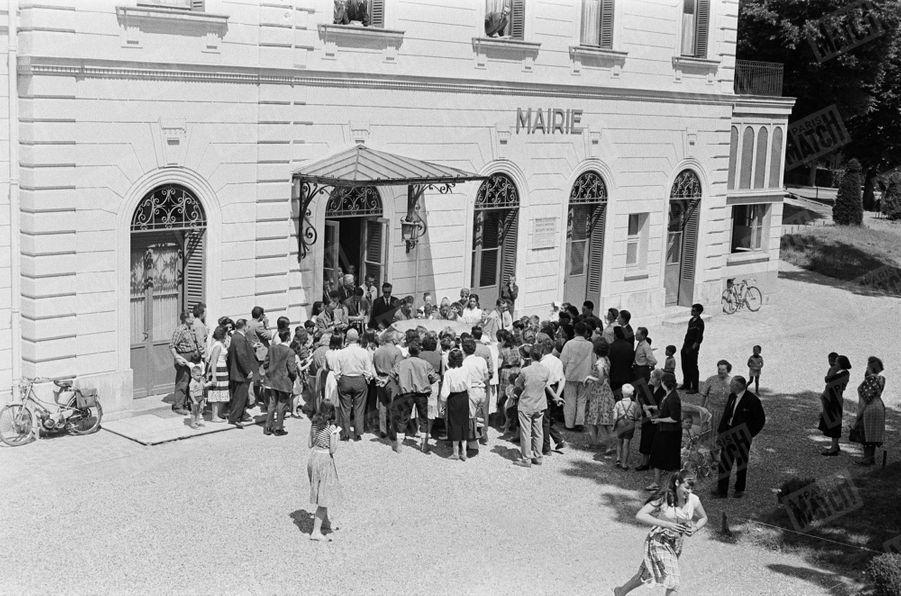« A la sortie de la mairie, les curieux les accueillent en chantant. » - Paris Match n°533, daté du 27 juin 1959.