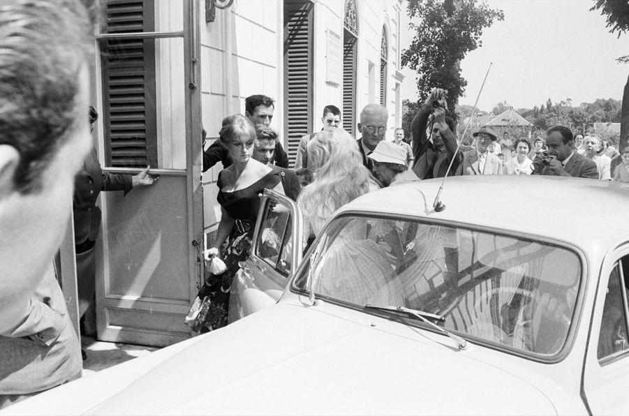 Le mariage de Brigitte Bardot et Jacques Charrier, à la mairie de Louveciennes, dans les Yvelines, le 18 juin 1959.