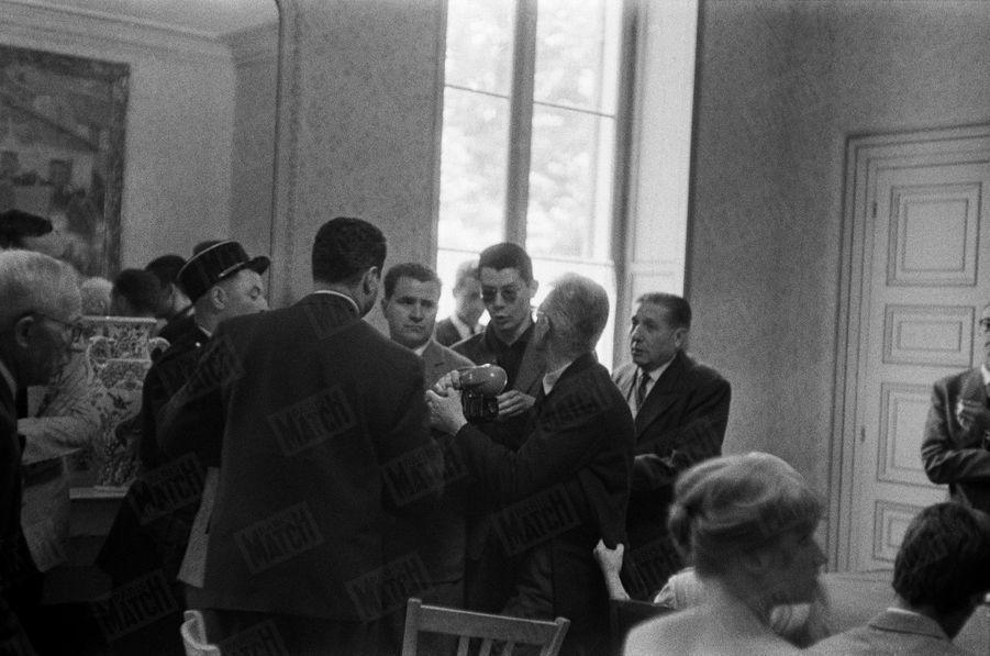 « Les photographes ont envahi la salle des mariages. «Tout est raté », s'exclame M. Bardot (cheveux blancs), et il prend à partie l'un d'eux. » - Paris Match n°533, daté du 27 juin 1959.