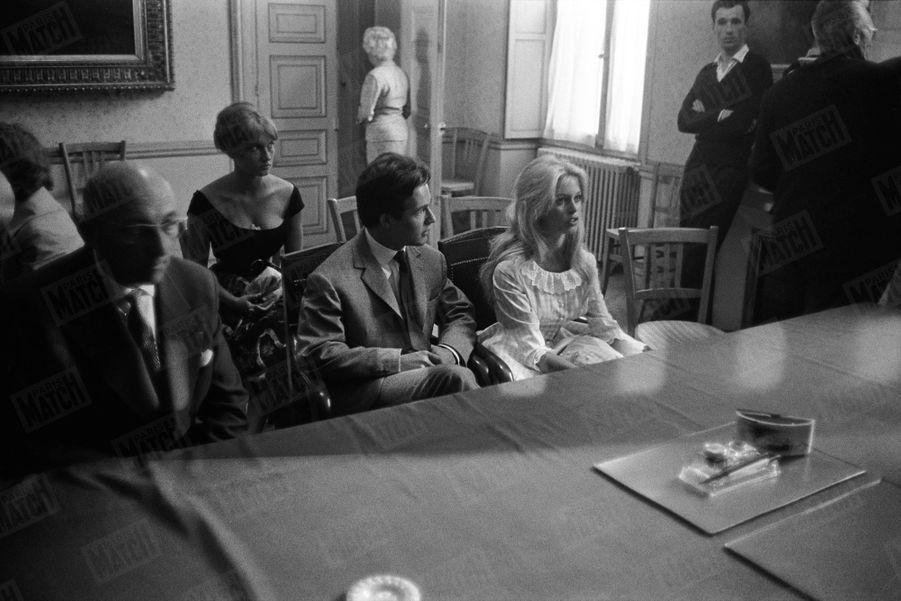 """« Le colonel Charrier et M. Bardot, industriel, ont essayé de marier leurs enfants en cachette. Mais ces enfants sont des monstres sacrés et la presse, ayant retrouvé leur piste, a assisté, dans un tumulte """"au mariage d'une époque"""" » - Paris Match n°533, daté du 27 juin 1959."""
