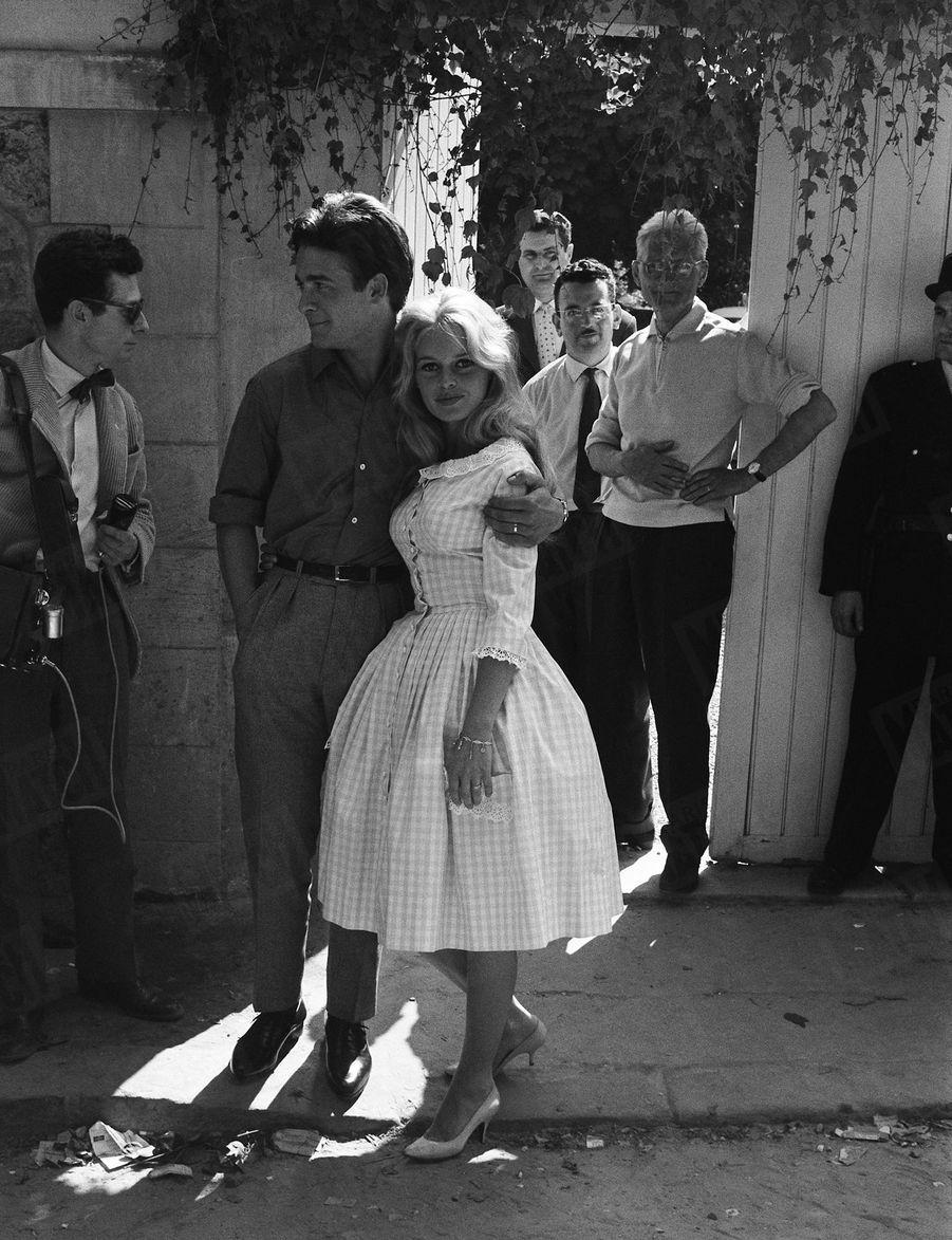 « L'après-midi, après un nouveau siège de la propriété des Bardot, ce sera enfin l'armistice et la première photo « officielle » de M. et Mme Jacques Charrier souriants. » - Paris Match n°533, daté du 27 juin 1959.
