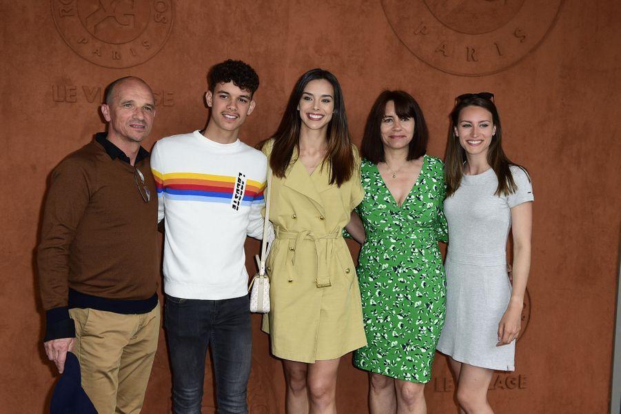 Marine Lorphelinavec sa mère Sandrine, son père Philippe, son frère Enzo et sa soeur Lou-Anne à Roland-Garros le 26 mai 2019