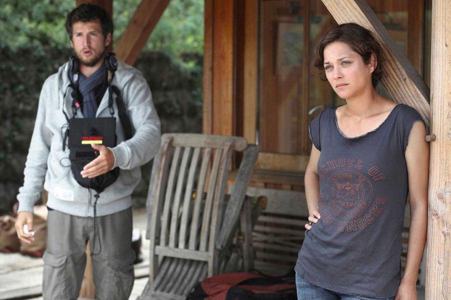 """Marion Cotillard et Guillaume Canet sur le tournage du film """"Les petits mouchoirs"""" en 2010"""