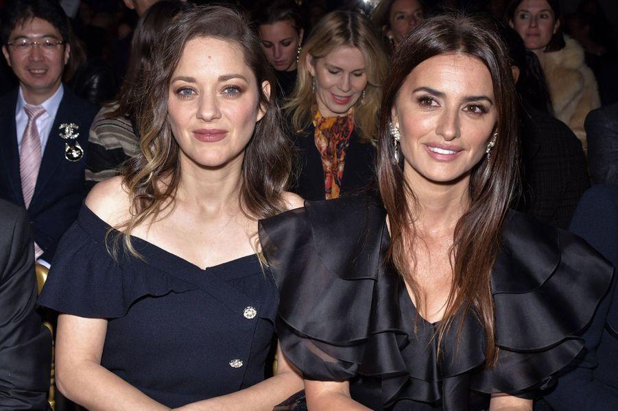 Marion Cotillard et Penélope Cruzlors du défilé Chanel Métiers d'Art àParis le 4décembre2019.